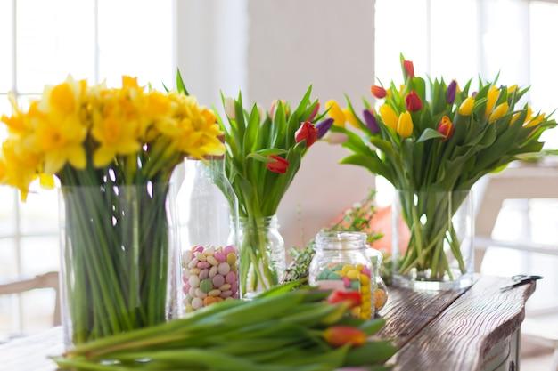 Flores de primavera en una mesa de madera