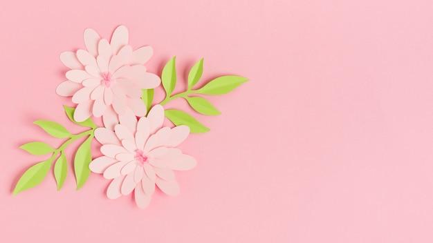 Flores de primavera de papel colorido con hojas y espacio de copia