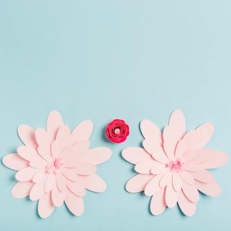 Flores de primavera de papel multicolor con espacio de copia