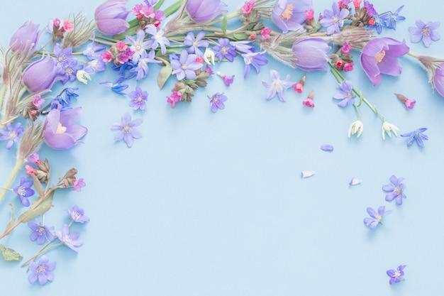 Flores de primavera sobre fondo azul