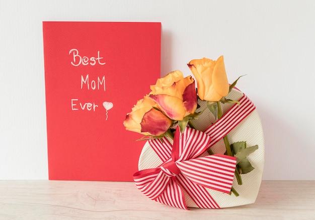 Flores, regalo y tarjeta para el día de la madre