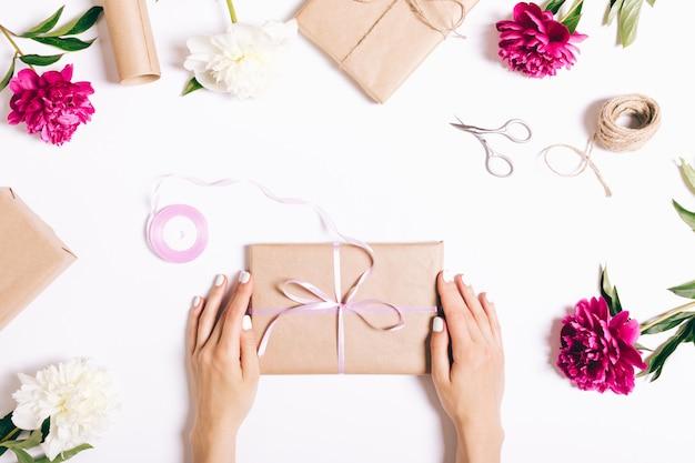 Flores, regalos y decoraciones festivas.