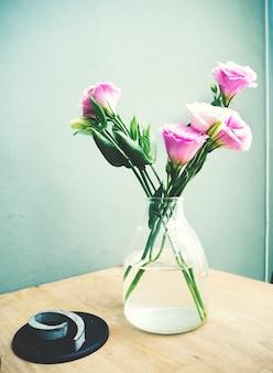 Flores rosadas frescas de lisianthus en un tarro
