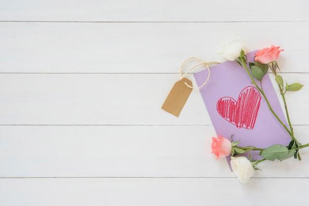 Flores rosas con dibujo de corazón.