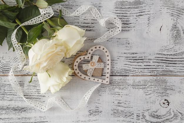 Flores rosas frescas blancas sobre fondo blanco de encaje