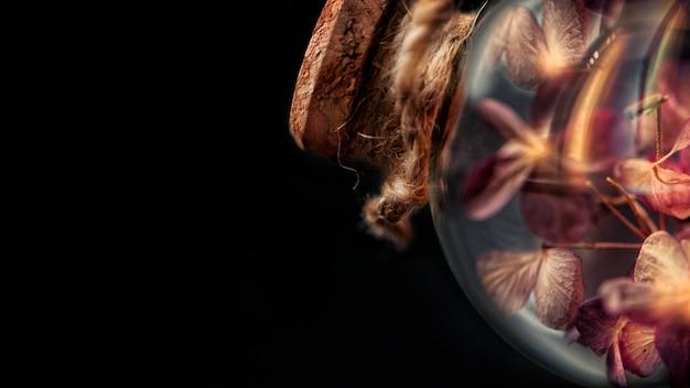 Flores secas dentro de bulbo de vidrio