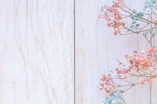 Flores secas en la superficie de madera, enfoque selectivo, humor primaveral