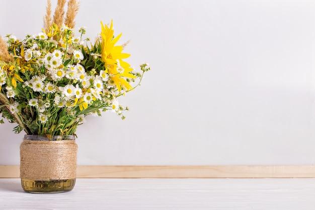 Flores silvestres en un jarrón hecho a mano