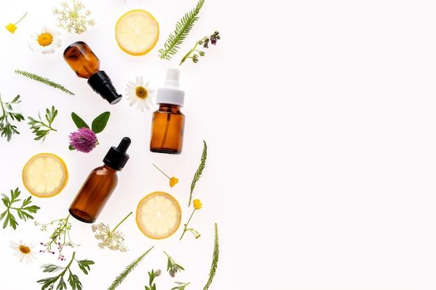 Flores silvestres y medicina botella de vidrio en blanco