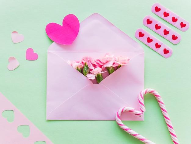 Flores en sobre con corazones de papel.