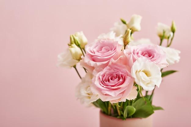 Flores sobre fondo rosa