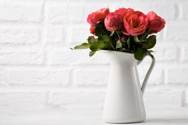 Flores suaves en jarra blanca
