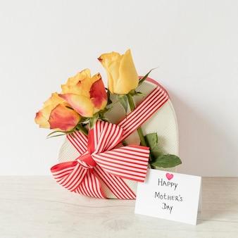 Flores, tarjeta y regalo para el día de la madre