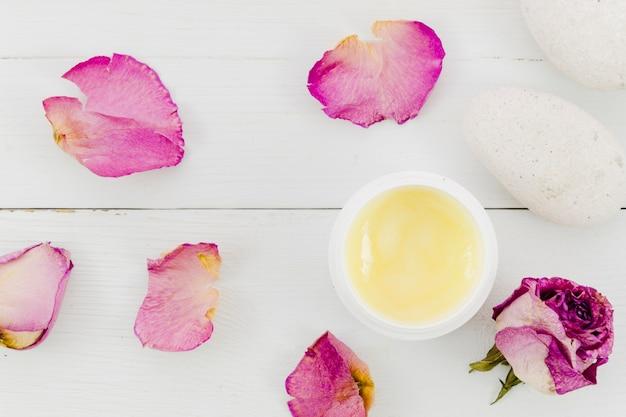 Flores con un tarro de crema de belleza