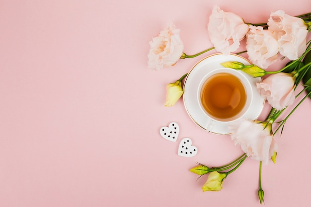 Flores y té en espacio de copia