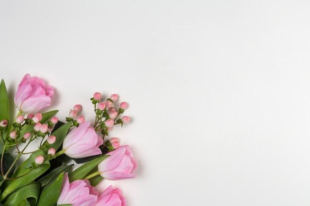 Flores de tulipán rosa en mesa blanca