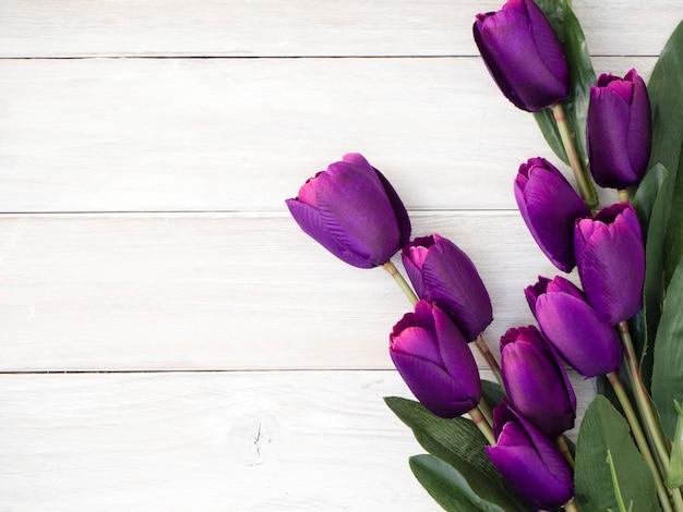 Flores de tulipanes de primavera en una vieja madera