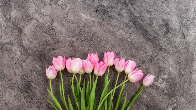 Flores de tulipanes rosados en mesa de madera para el 8 de marzo, día internacional de la mujer, cumpleaños, día de san valentín o día de la madre