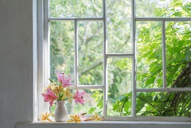 Flores de verano en el alféizar de la ventana