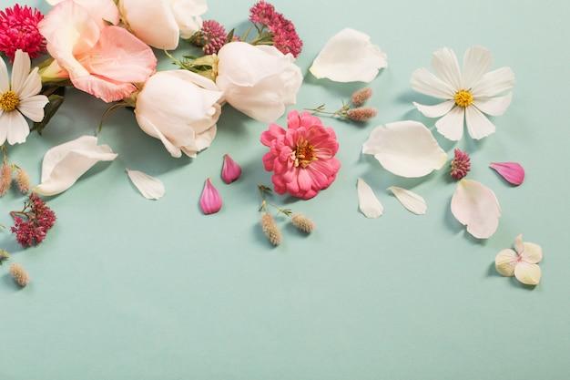 Flores de verano sobre fondo de papel verde