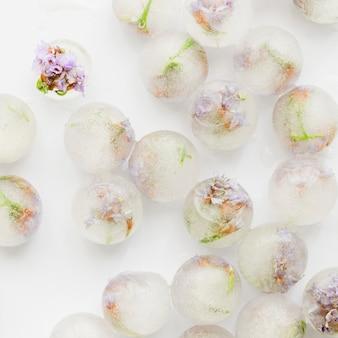 Floretes rosas en bolas de hielo