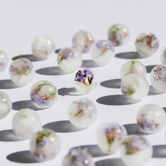 Floretes violetas en bolas de hielo.