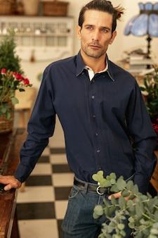Florista experimentado de pie y seguro