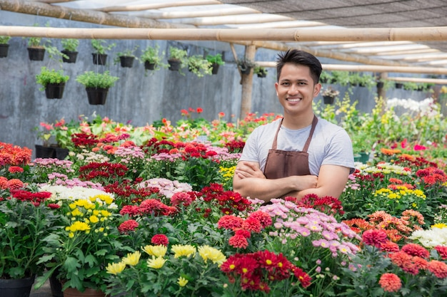 Florista masculino asiático trabajando en florería