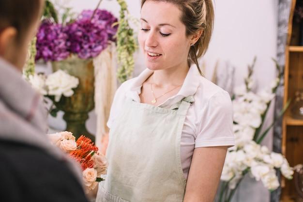 Florista vendiendo flores