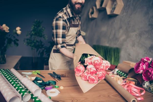 Floristería barbudo trabajando en su florería