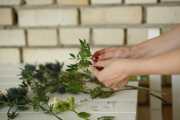 Floristería femenina recoger bouqet de flor fresca