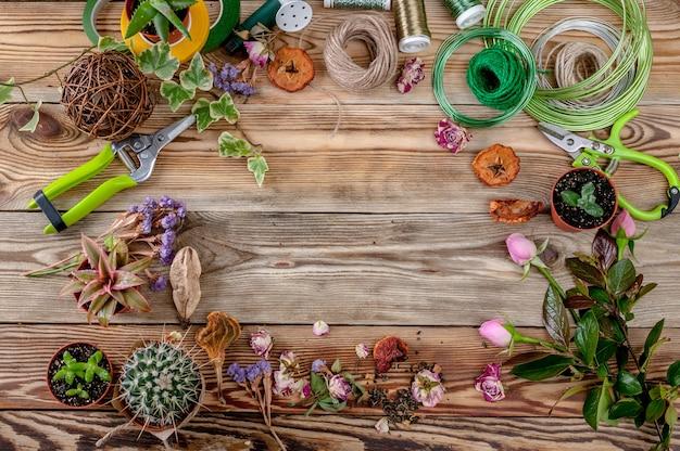 Floristería del lugar de trabajo. vista superior. copia espacio fondo de madera