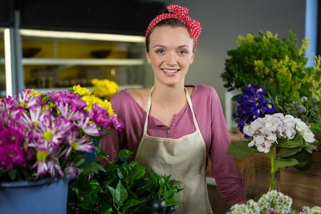Floristería mujer feliz en floristería permanente
