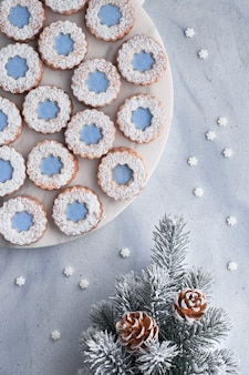 Flower linzer cookies con glaseado azul en invierno claro