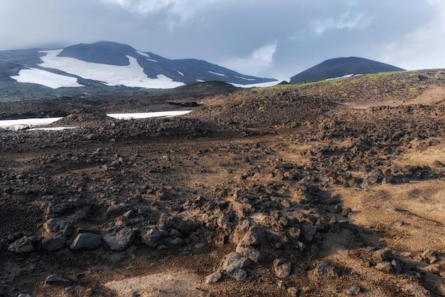 El flujo activo de lava de un nuevo cráter en las laderas de los volcanes tolbachik - kamchatka, rusia