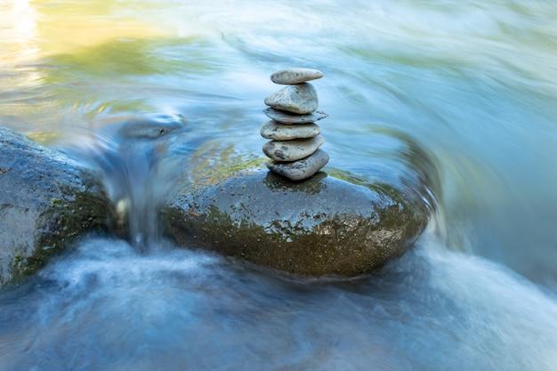 El flujo de agua a través de las rocas en una corriente en wang nan pua, nan en tailandia.