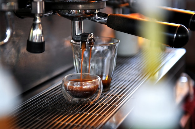 Flujo de café de la máquina.