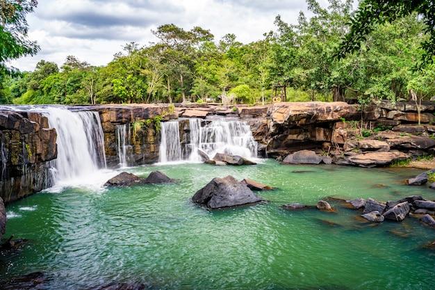 Flujo suave de una cascada tadtone en chaiyaphum tailandia