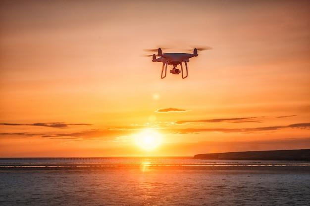 Flying drone sobre un fondo de mar al atardecer