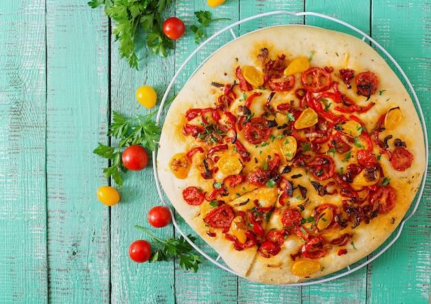 Focaccia italiana con tomate, pimiento y cebolla.