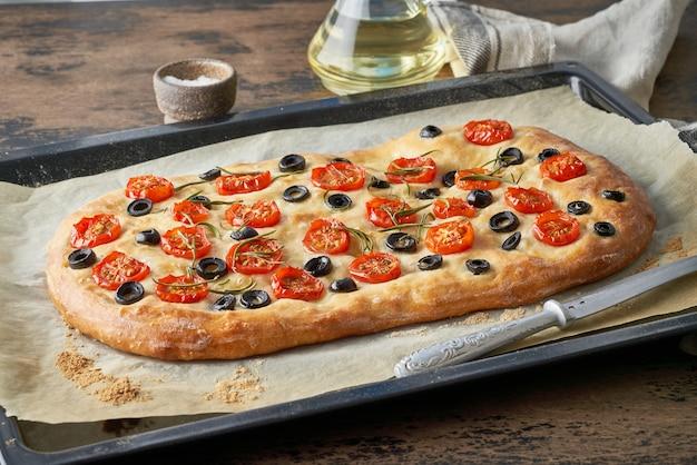 Focaccia con tomate y aceitunas
