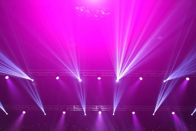 Foco de escenario con rayos laser. fondo de iluminación de concierto