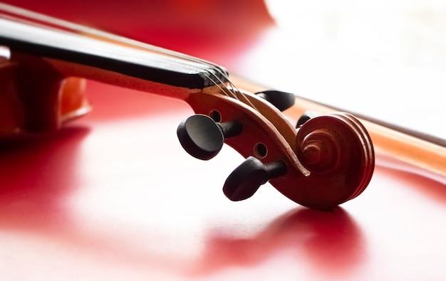En foco selectivo del rollo de violín puesto en superficie roja