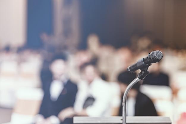 Foco suave del micrófono de cabeza en el escenario de una reunión de negocios o evento