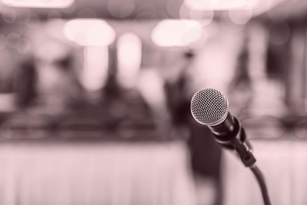 Foco suave del micrófono de cabeza en el escenario de la reunión o evento de educación