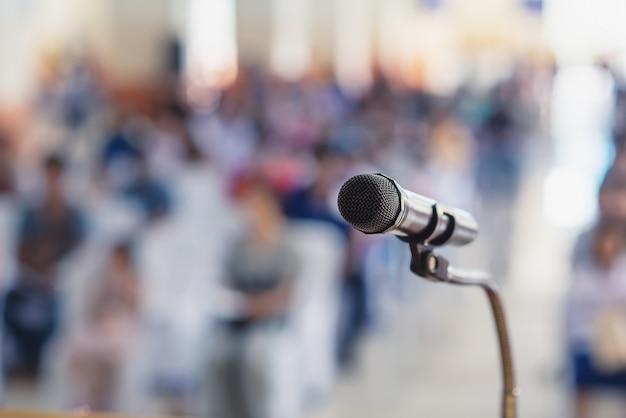 Foco suave del micrófono de cabeza en el escenario de la reunión de padres y alumnos en la escuela o evento de verano