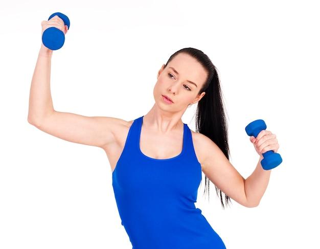 Focus mujer haciendo ejercicio con mancuernas