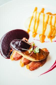 Foie gras y carne de pato con salsa dulce.