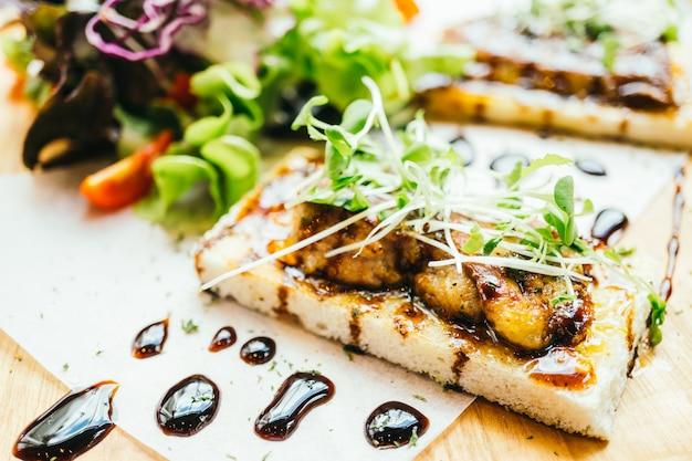 Foie gras encima de pan con salsa