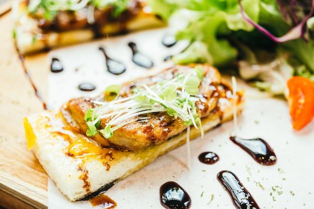 Foie gras en la parte superior del pan con salsa